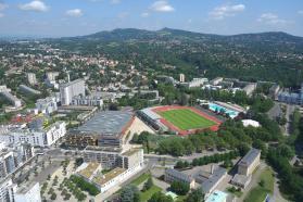 Lyon La Duchère, 120 hectares de grands ensembles composés à 80 % de logements sociaux.