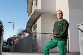 Noureddine Achkir, gardien d'immeuble à Lormont-Carriet près de Bordeaux.