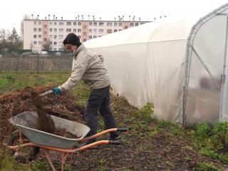 Un bénévole travaille la terre de la ferme urbaine Zone Sensible, à Saint-Denis.