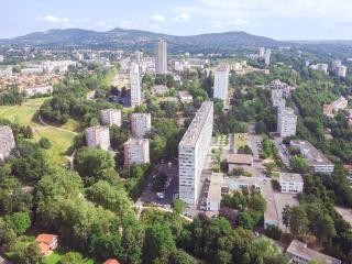 Vue aérienne de Lyon La Duchère, un quartier pionnier de l'urbanisme durable dès les années 1960.
