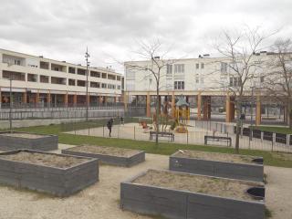 Quartier d'Orgeval à Reims, le centre de la place de Fermat a été totalement réhabilité avec de la verdure et des espaces de promenade.